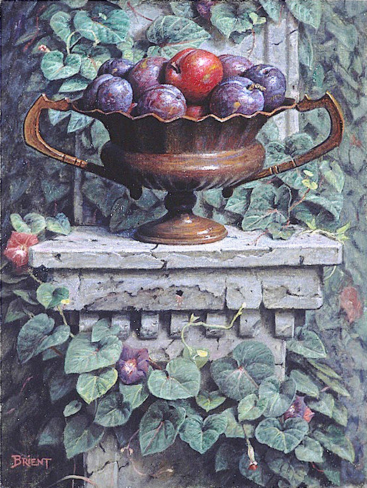 Un Plateau de prunes sur une piedestal de pierre
