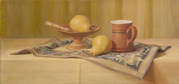 Un petit plateau de poires et une tasse de terre cuite sur un napperon
