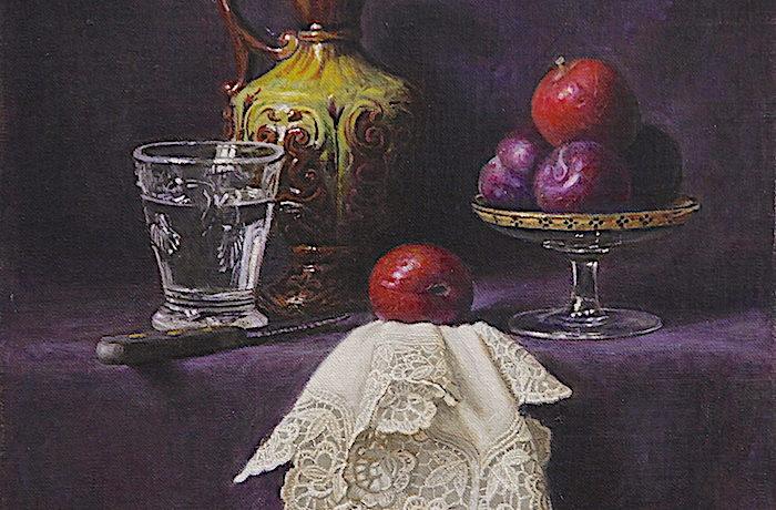 Une Carafe, un verre d'eau et  des prunes