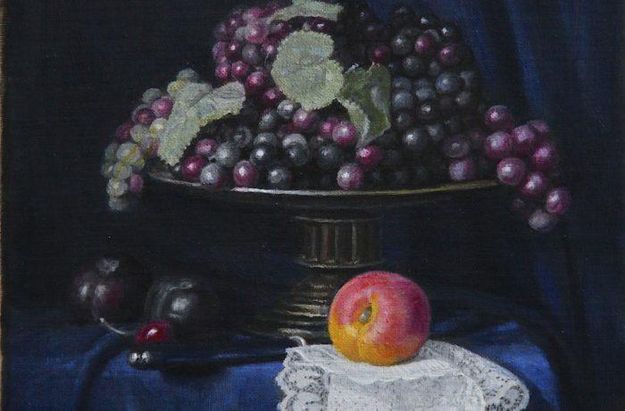 Plateau de raisins avec un abricot