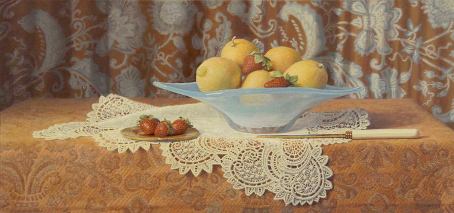 Citrons et fraises dans un bol bleu