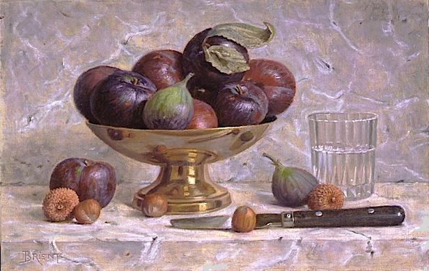 Un plateau de prunes et un verre d'eau